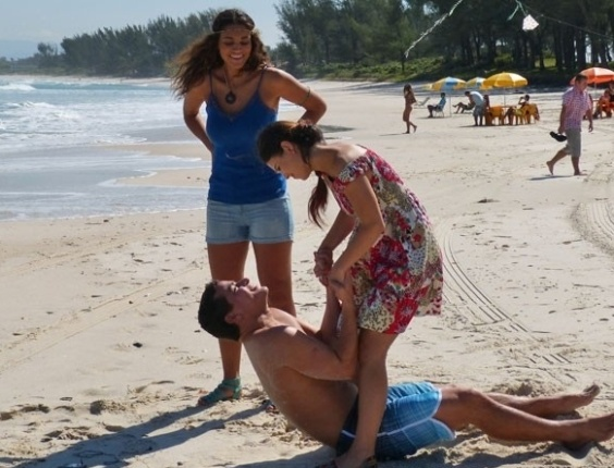 """Em """"Flor do Caribe"""", Amaralina quase atropela Rodrigo e se interessa pelo piloto"""