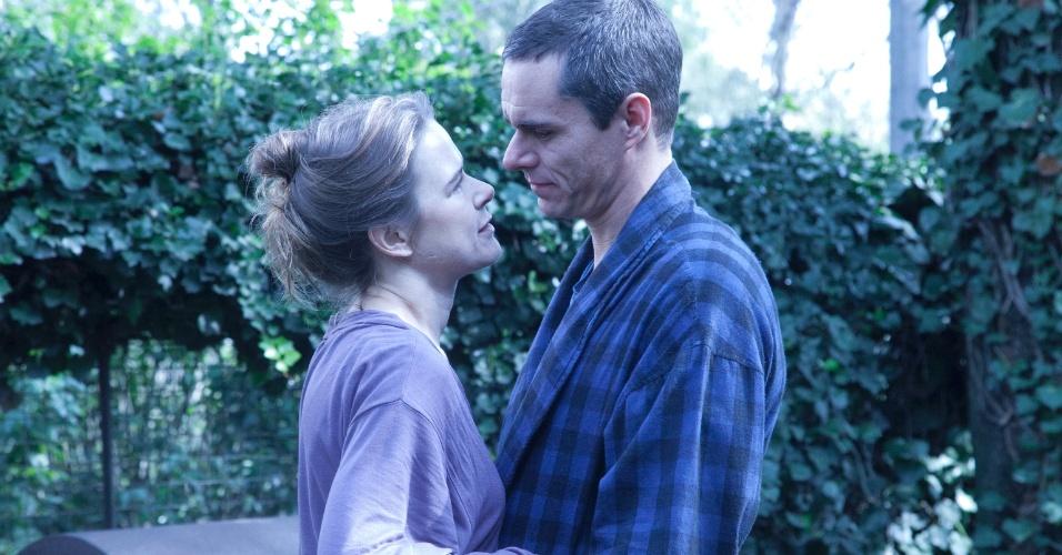 """Em """"Sr. Ávila"""", Ávila (Tony Dalton) é casado com Maria (Nailea Norvind), mas tem um caso extraconjugal"""