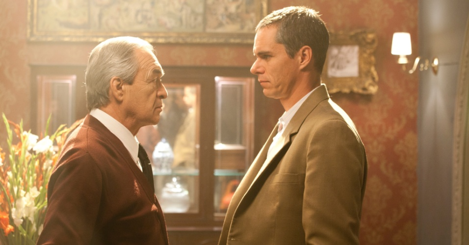 """Em """"Sr. Ávila"""", o Sr. Moreira (Fernando Becerril) é chefe da organização de criminosos da qual Ávila (Tony Dalton) faz parte"""