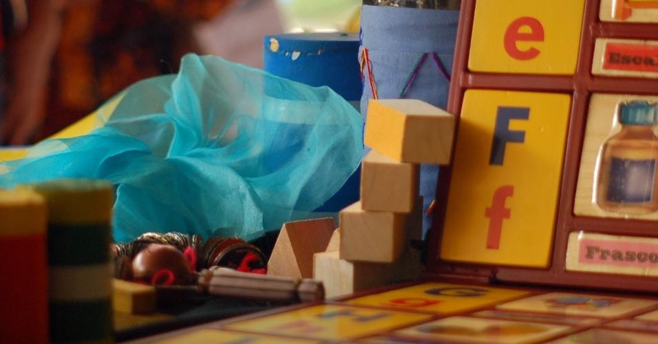 Especialistas afirmam que estimular as crianças com brincadeiras com palavras, textos, histórias contribuem com a capacidade de leitura das crianças a partir dos três anos de idade. Os enredos inventados e as brincadeiras dão liberdade ao pensamento infantil e motivam seus processos criativos, possibilitando o aprendizado efetivo da leitura e da escrita. Confira nove atividades para fazer com os pequenos