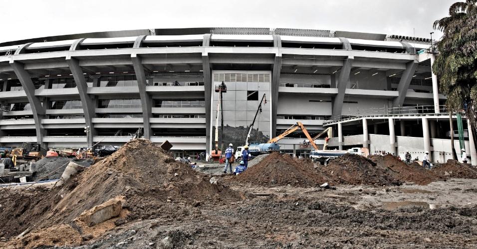 24.mai.2013 - Intramuros do Maracanã ainda é um canteiro de obras, mesmo após entrega do estádio à Fifa