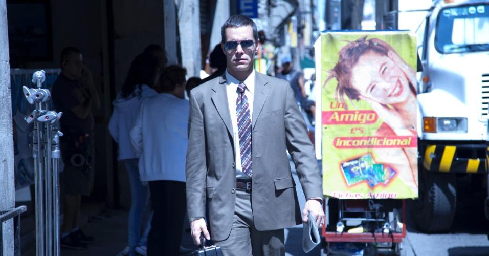 """Na série """"Sr. Ávila"""", o personagem título é um pai de família que leva uma vida dupla como matador de aluguel. Ele é interpretado pelo ator mexicano Tony Dalton"""