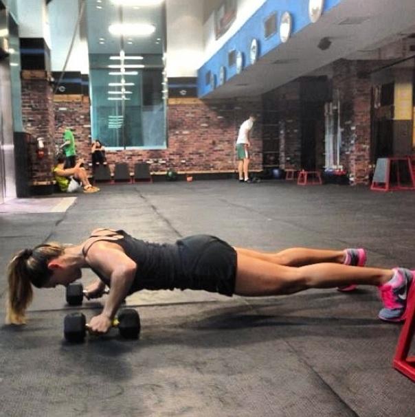 10.jun.2013 - Nem em Miami Dany Bananinha descansa. A coleguinha do Caldeirão do Huck aposta no treinamento cross fit para manter a forma