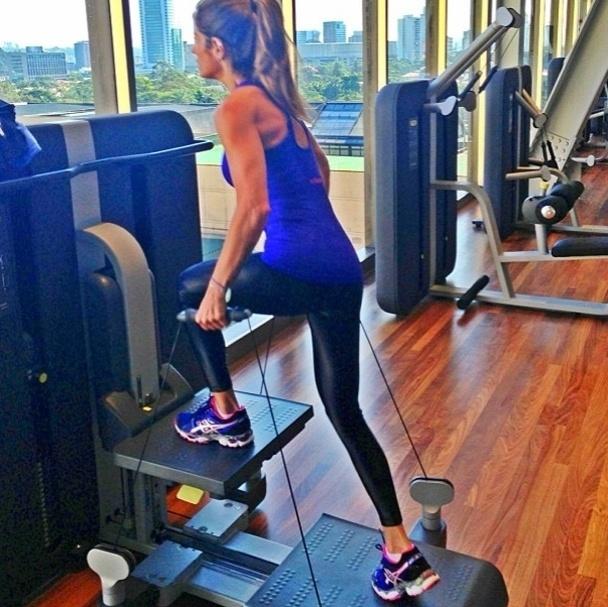 18.jun.2013 - A apresentadora Carol Magalhães faz o avanço com cabos, um exercício combinado que trabalha as pernas, glúteos, costas e braços