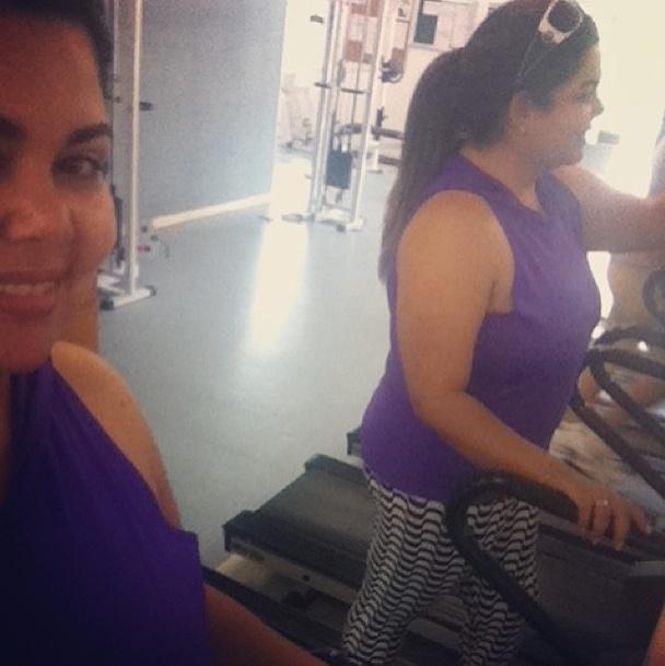1.jul.2013 - Para queimar as calorias da pizza de domingo, Fabiana Karla corre na esteira