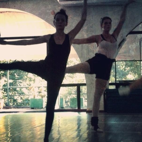 16.jul.2013 - A atriz Cristiana Oliveira mantém a forma com as aulas de balé