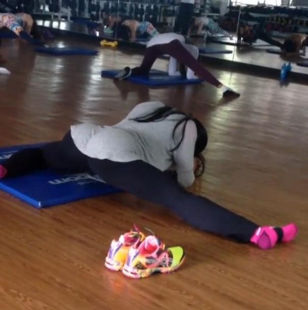 16.jul.2013 - Gracyanne Barbosa faz um alongamento completo antes de iniciar os treinos de musculação