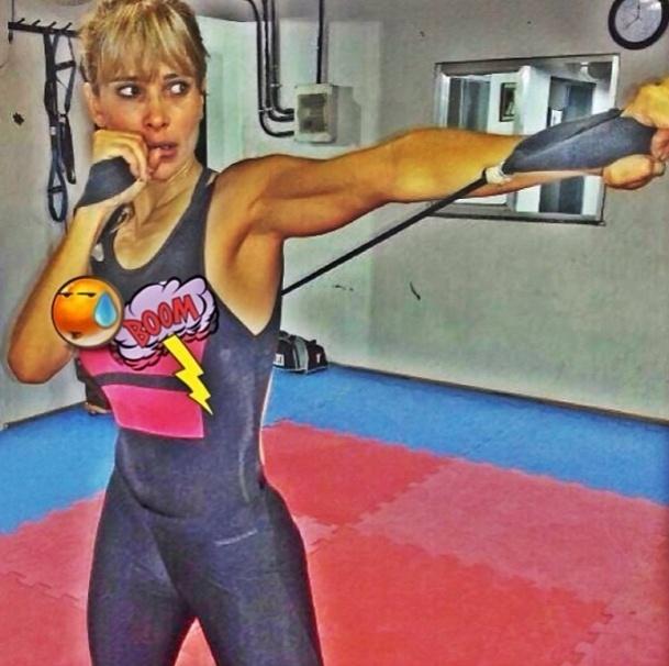 19.jul.2013 - Dany Bananinha usa elástico para treinar socos em aula de luta