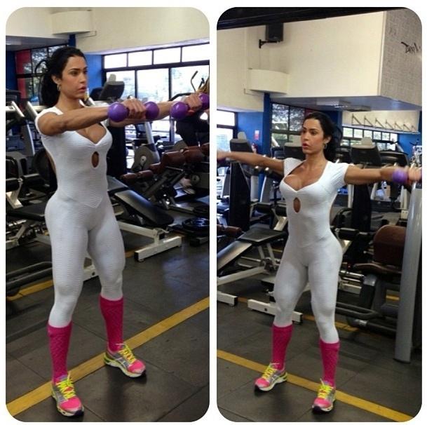 19.jul.2013 - Gracyanne Barbosa não descuida dos membros superiores. Ela faz quatro séries de 10 repetições da elevação frontal conjugada com a elevação lateral