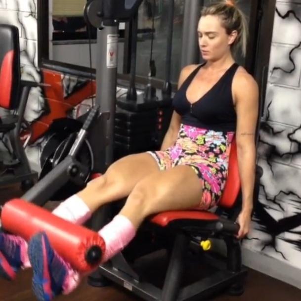 23.jul.2013 - A ex-panicat Juju Salimeni faz 15 repetições da cadeira extensora para definir a parte da frente da coxa