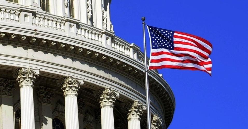 Mídia indoor; wap; celular; EUA; bandeira; USA; América do Norte; americano; economia; mundo; internacional