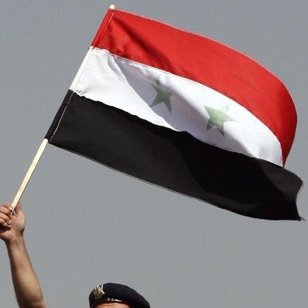 Imagem de arquivo da bandeira da Síria; Estados membros da OPAQ votaram para suspender os direitos do país pelo suposto uso de armas químicas - Louai Beshara/AFP