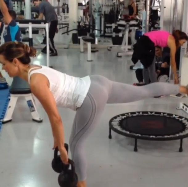 22.ago.2013 - Solange Frazão faz o stiff unipodal para trabalhar os posteriores de coxa e glúteos