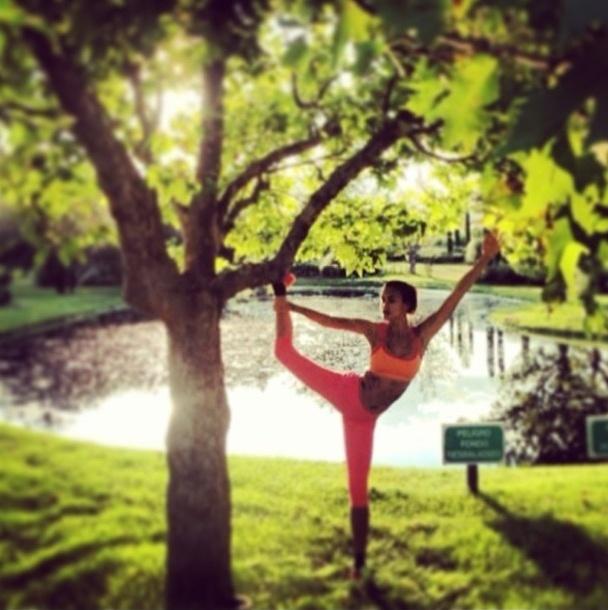 27.ago.2013 - A namorada do jogador Cristiano Ronaldo, Irina Shayk, mostra a flexibilidade durante alongamento no parque