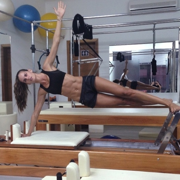 28.ago.2013 - A top Izabel Goulart mostrou a barriga trincada durante alongamento na aula de pilates