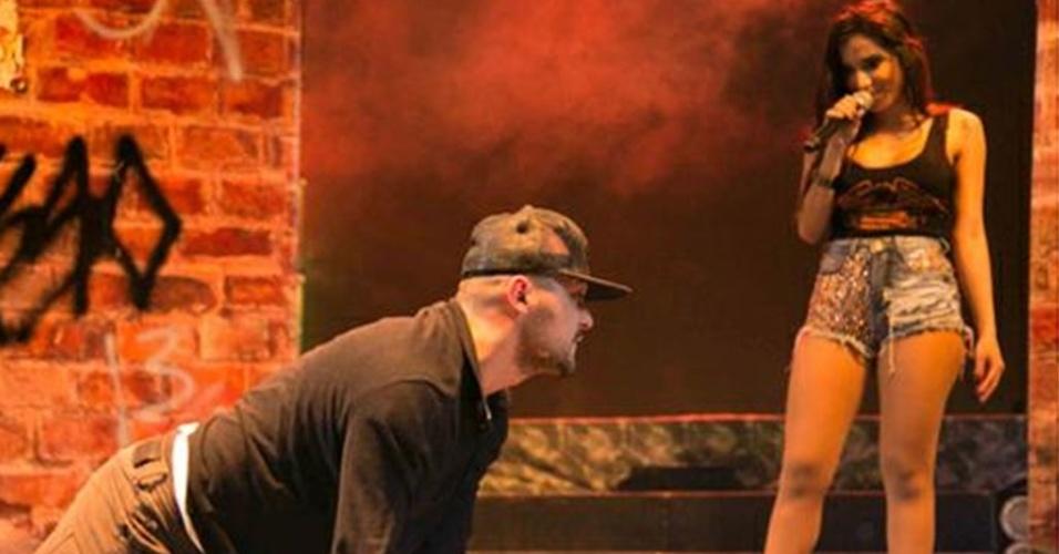 Anitta coloca Eduardo Sterblitch para dançar o Quadradinho de 8 no show