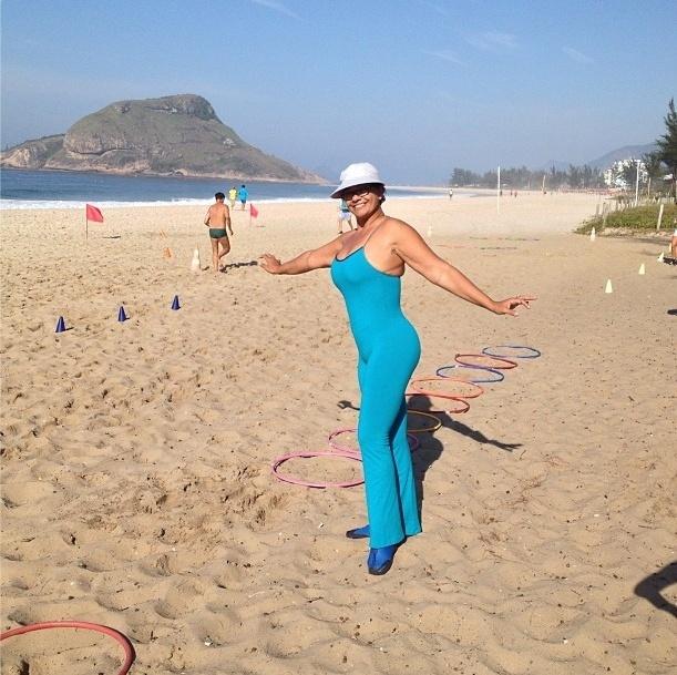 2.set.2013 - Depois de emagrecer, a atriz Solange Couto aproveita o dia de sol para se exercitar na praia