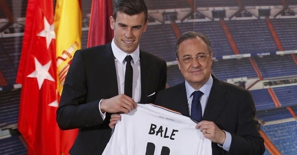 Gareth Bale recebe camisa 11 das mãos do presidente do Real Madrid, Florentino Perez