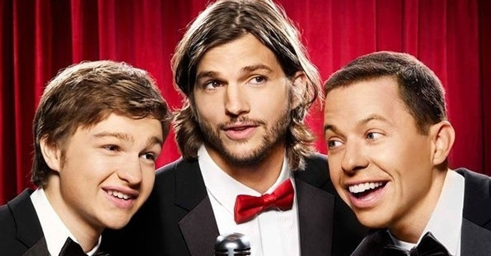 "Cartaz do seriado americano ""Two and a half Men"" com Ashton Kutcher"