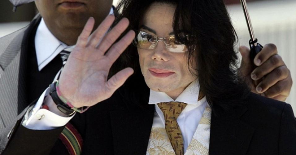 Michael Jackson acena na saída do tribunal em Santa Barbara (03/06/2005)