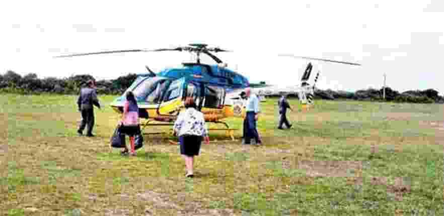 Ideli (de costas) usa helicóptero do Samu em SC e suspende atendimentos no Estado - Reprodução/CB