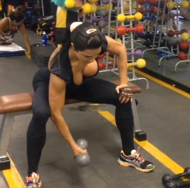 8.out.2013 - Gracyanne Barbosa faz a rosca concentrada para trabalhar o bíceps