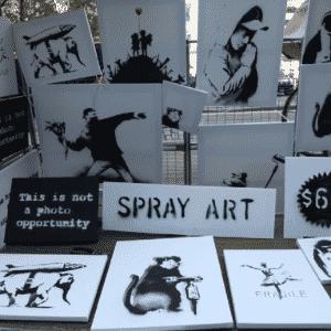 Obras do Banksy são vendidas por R$ 130 em barraca - BBC