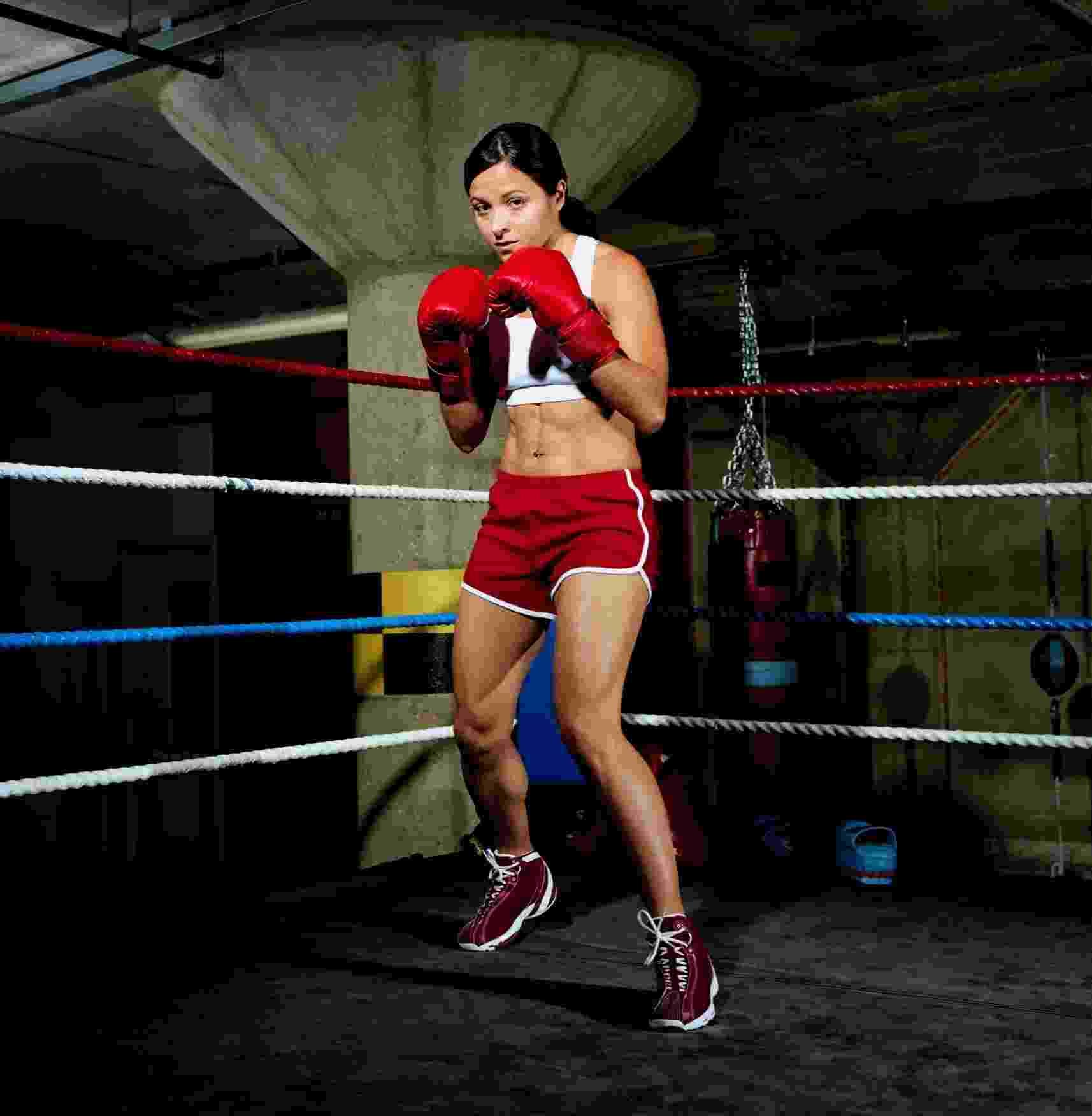 Mulher lutando boxe, artes marciais, mulher lutando - Thinkstock/Getty Images