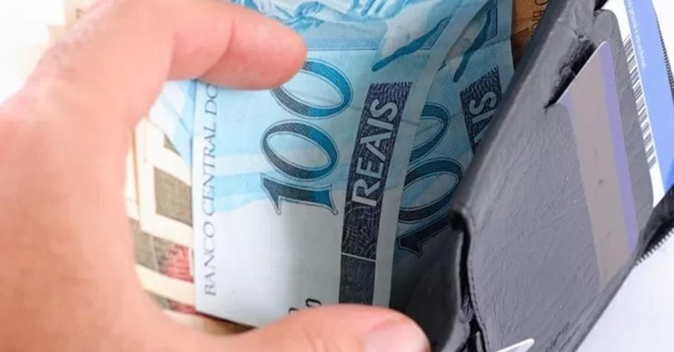 Carteira com notas de real, dinheiro; foto para ilustrar salário, economia, moeda, Brasil, crescimento, juro, banco, aumento, renda, empréstimo, crédito, imposto, mercado, preço, comércio