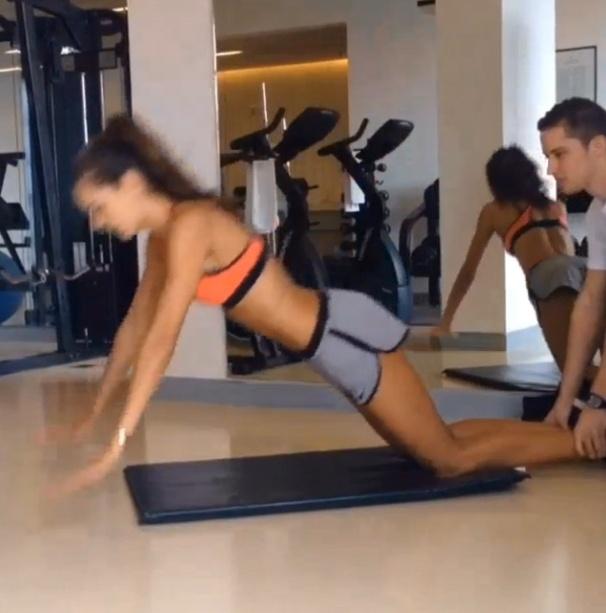 28.out.2013 - A top model Izabel Goulart aproveita o tempo livre no hotel para fazer um exercício funcional para definir os posteriores de coxa