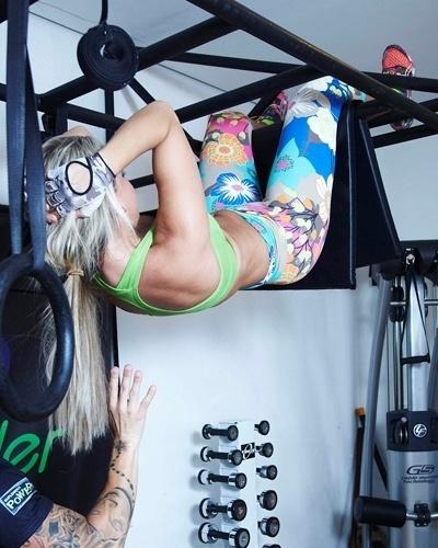 Mônica Arpor - apresentadora do programa Zoo - abdominal na grade