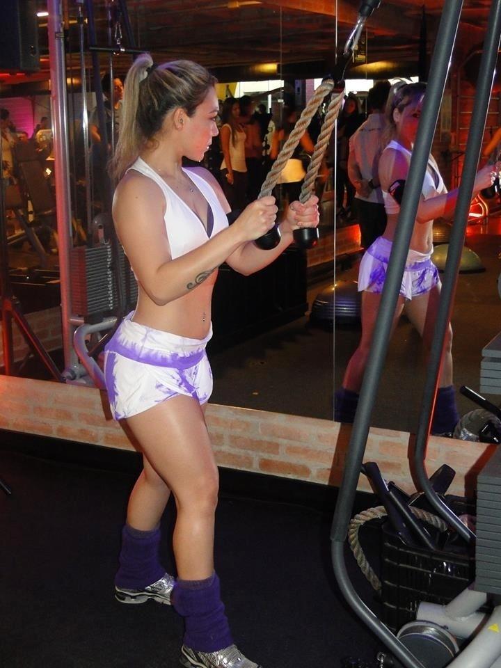 7.nov.2013 - A cantora pop Lenny B deixa os braços firmes e sem gordura com exercícios para o tríceps na corda. Ela faz quatro séries de 10 repetições com carga de 15 quilos