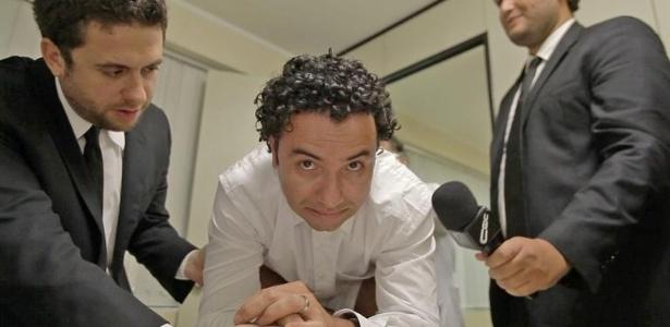 Marco Luque se submete a um exame de próstata diante das câmeras
