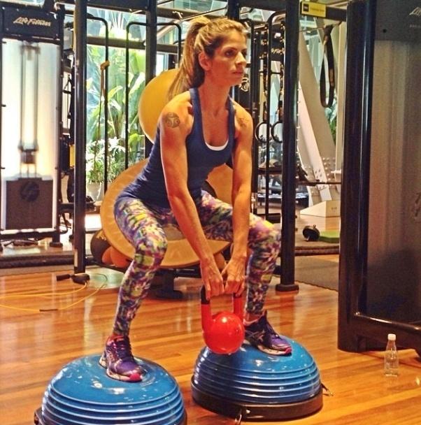 13.nov.2013 - Carol Magalhães aposta no agachamento funcional com peso no bosu. Ela afirmou no Instagram (rede social de fotos) que faz quatro séries de 20 repetições deste exercício