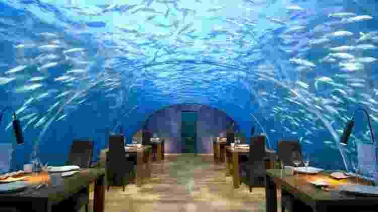 O salão submarino do restaurante Ithaa Undersea Restaurant, integrado ao hotel Conrad Maldives Rangali Island, nas Maldivas - Relax News - Relax News
