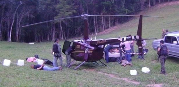 25.nov.2013 - Helicóptero de propriedade da família de Perrella é apreendido com cocaína