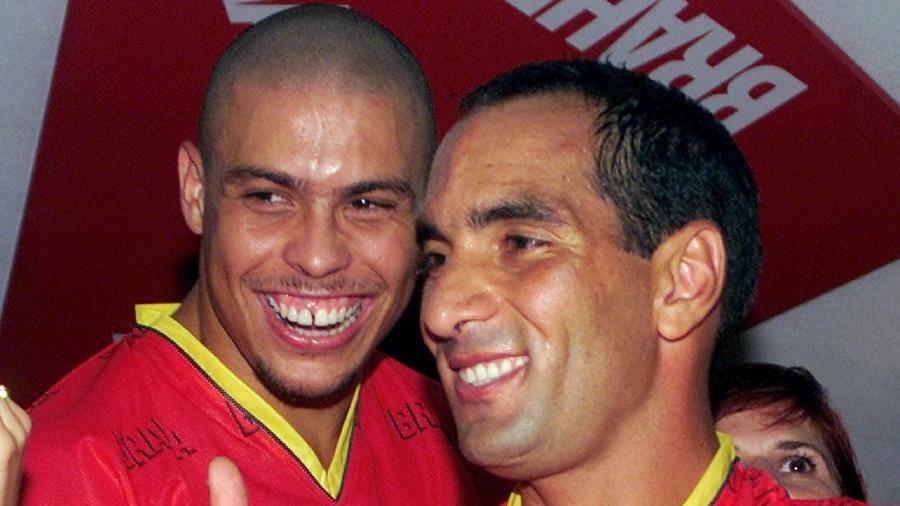Carnaval no Rio de Janeiro, 2002: os jogadores Ronaldo e Edmundo no camarote da Brahma, na Marquês de Sapucaí. - Reuters