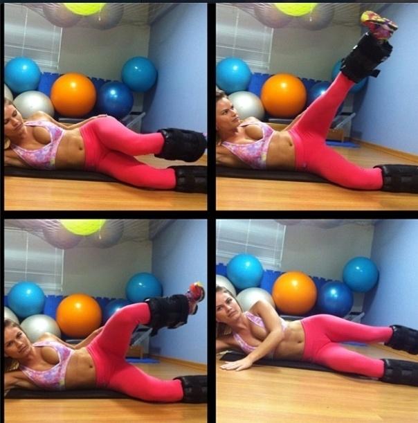 28.nov.2013 - A ex-BBB Natalia Casassola mostra dois exercícios para definir os glúteos com a caneleira