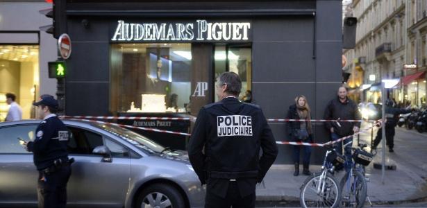 32fcefede54 Assaltantes levam 800 mil euros em peças de joalheria em Paris ...
