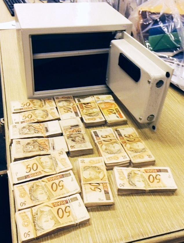 Promotoria encontra R$ 72,7 mil em casa de fiscal da máfia do ISS. Dinheiro apreendido no apartamento do fiscal Ronílson Rodrigues, em Santos (no litoral de São Paulo), no final de outubro.