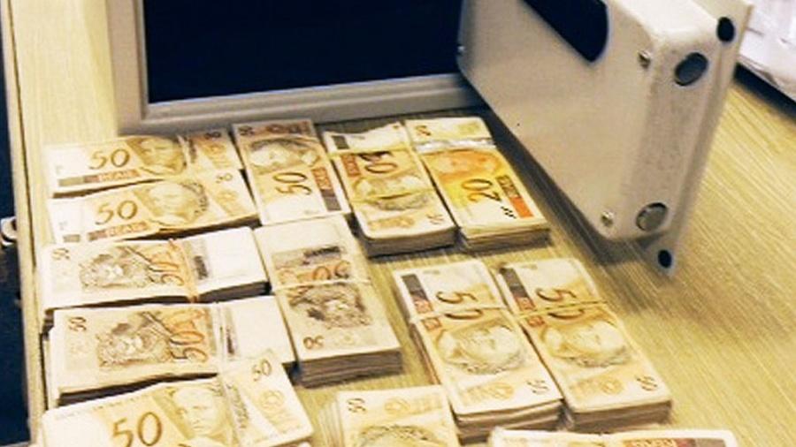 Dinheiro (R$ 72,7 mil) encontrado  na casa do fiscal Ronílson Rodrigues, em Santos (SP), no final de outubro de 2013 - Divulgação/MP