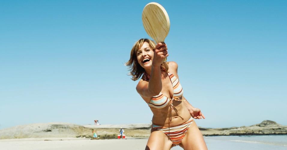 Mulher jogando frescobol