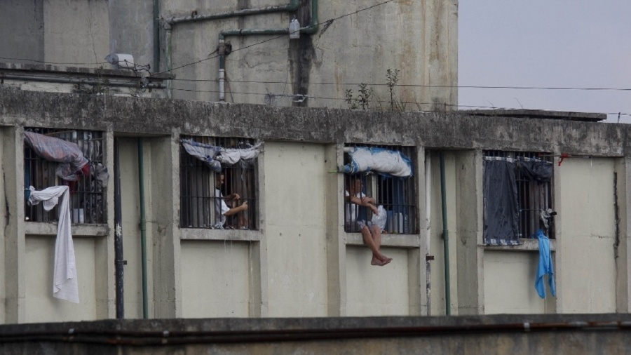 Preso com os pés em janela de penitênciária de Guarulhos (SP) - Moacyr Lopes Junior/Folhapress