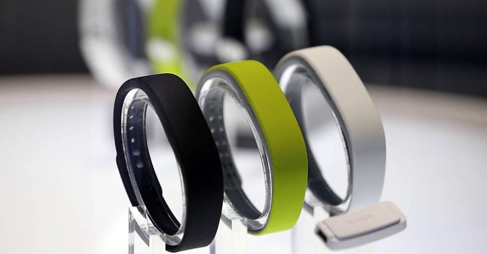 A SmartBand, pulseira da Sony que monitora atividade do usuário, é exposta durante a feira CES de 2014