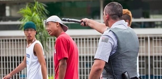 """PM usa cassetete para intimidar jovem durante """"rolezinho"""" no shopping Itaquera, na zona leste de São Paulo - Bruno Poletti/Folhapress"""