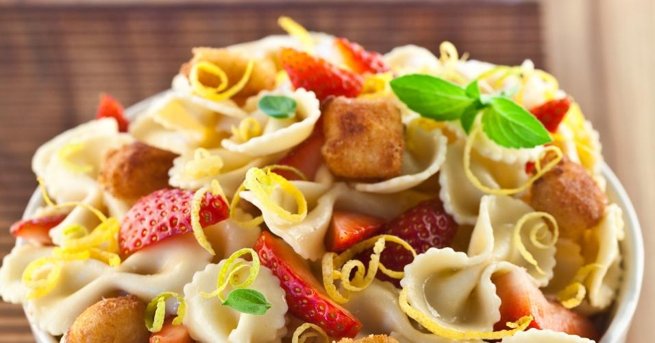 Salada de Morango com Empanados de Queijo de Cabra