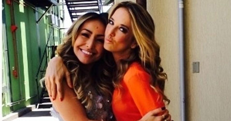 """29.jan.2014 - Na Record, Ticiane Pinheiro dá boas vindas à Sabrina Sato. """"Chegando na Record, olha quem eu encontro! Seja bem vinda à família Record, muito sucesso amiga linda!"""", escreveu a loira em seu Instagram"""