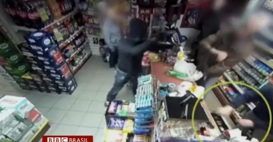 Lojista afasta ladrão armado atirando latas de bebidas