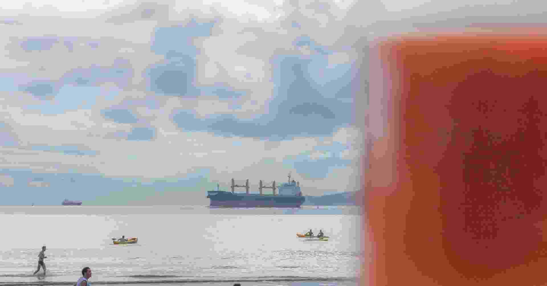 Suco laranja com a praia ao fundo - Alex Almeida/UOL
