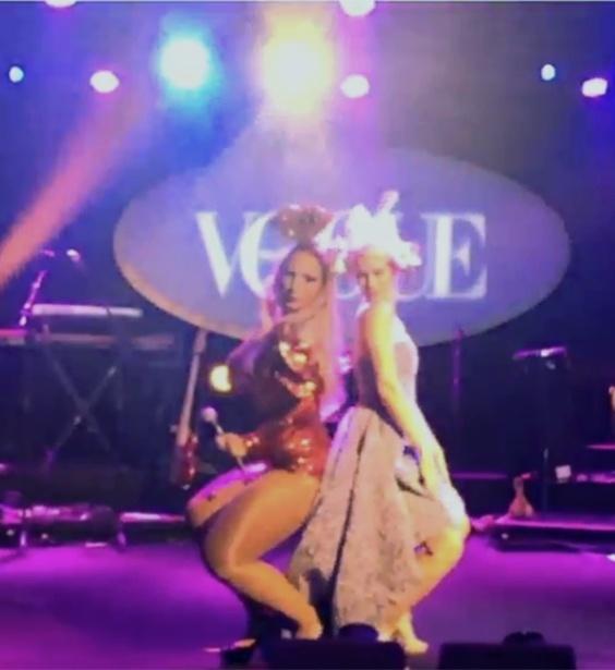 Valesca Popozuda e Mariana Ximenes dançam em baile funk da Vogue